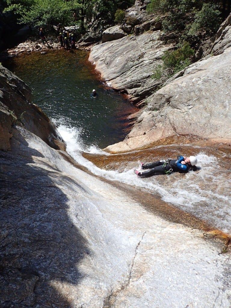 une personne dans un toboggan du canyon du Rec Grand