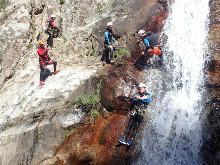 Groupe de personnes dans un toboggan naturel du canyon du Rec Grand