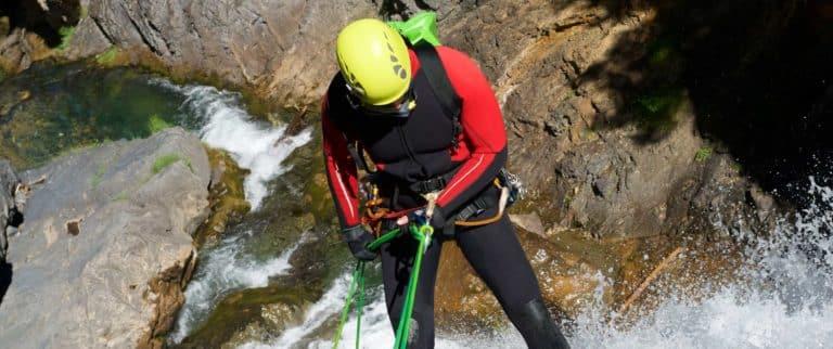 Descente en rappel dans le canyon des cascades d'Orgon