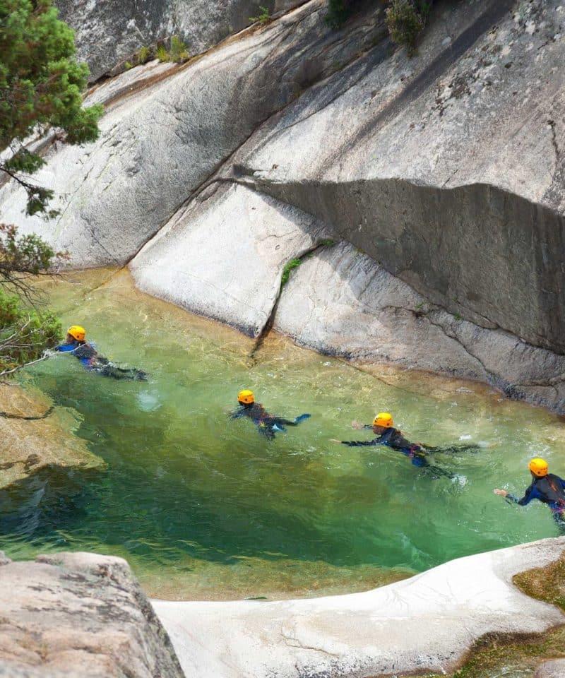 Groupe de personne évoluant dans l'eau dans le Canyon de la Dourbie