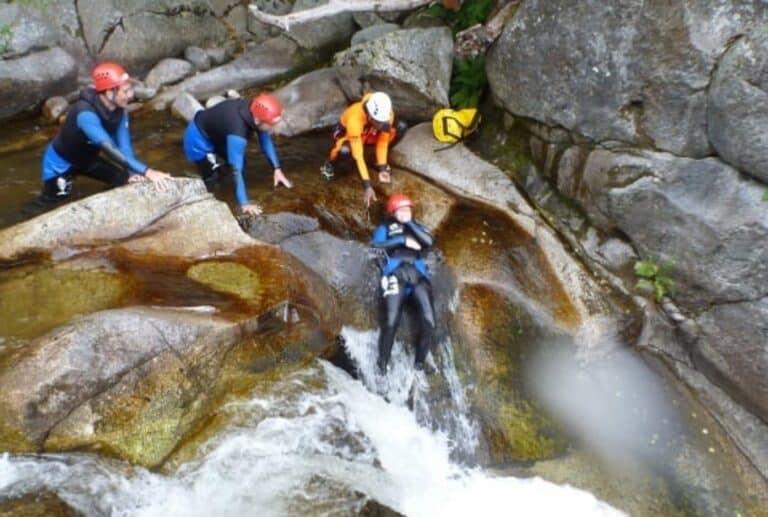 Groupe de personnes avec guide sur un toboggan du Canyon de la Dourbie