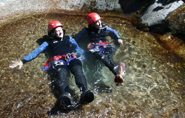 Des jeunes femmes dans un petit bassin du Canyon de la Dourbieine