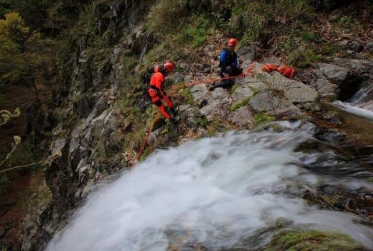 Deux hommes en descente en rappel dans les cascades d'Orgon intégrale