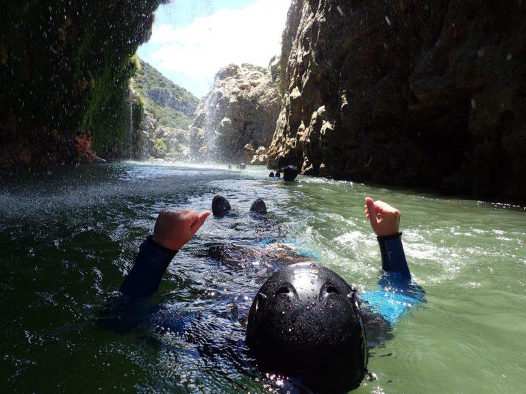 Passage dans l'eau dans les cascades d'Orgon