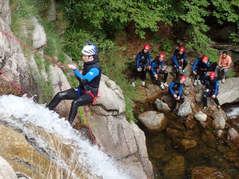Groupe de personnes dans les cascades d'Orgon intégrale