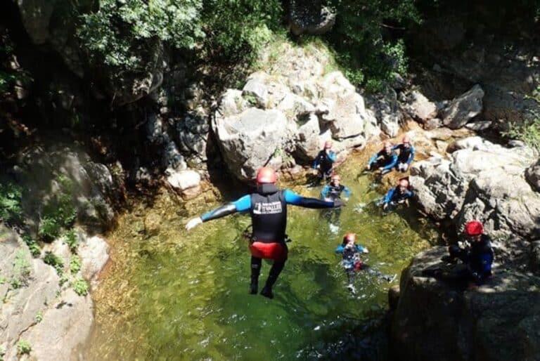 Saut dans le canyon des cascades d'orgon