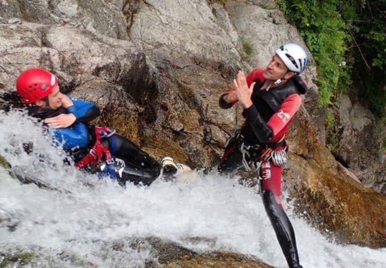 Un guide et un homme dans un toboggan naturel des cascades d'Orgon intégrale