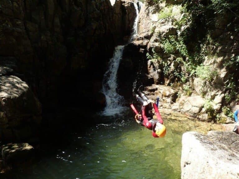 Saut périlleux dans le canyon des cascades d'orgon