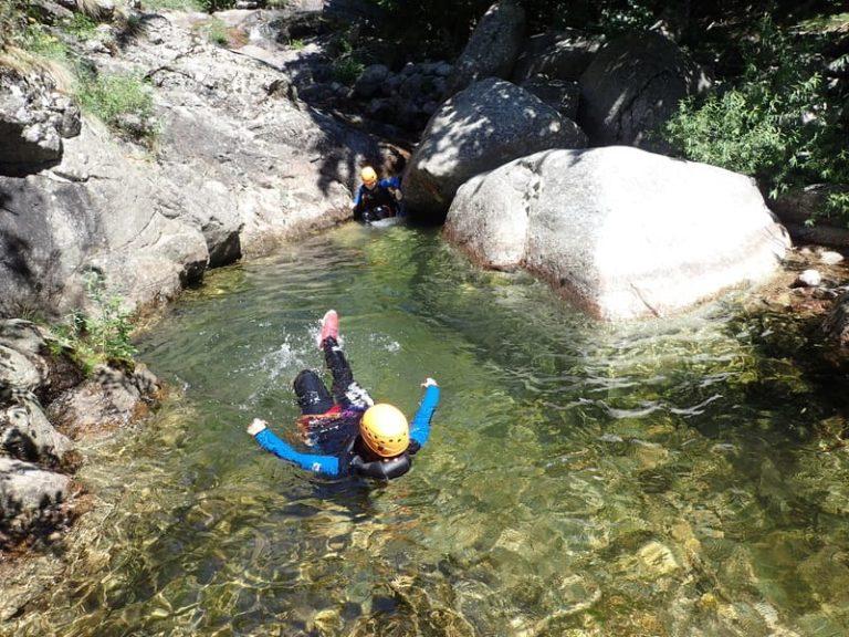 Passage dans l'eau à la nage dans les cascades d'Orgon