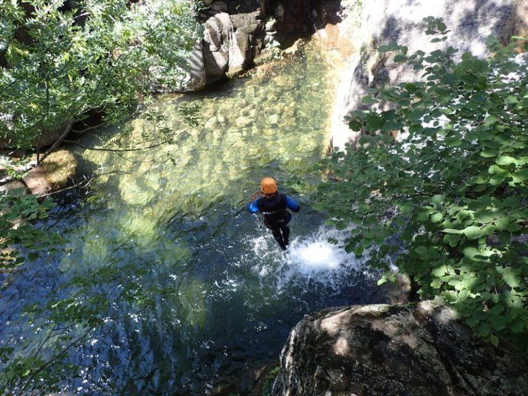 Arrivée dans l'eau d'un saut dans les cascades d'Orgon