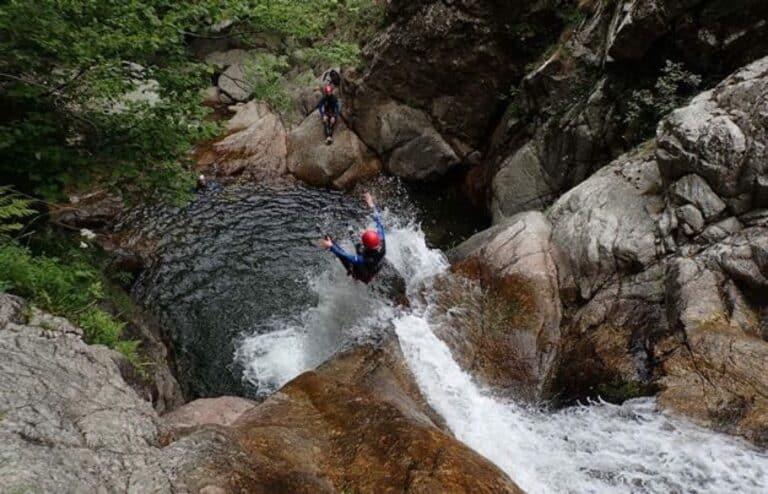 Saut depuis une des cascades d'Orgon