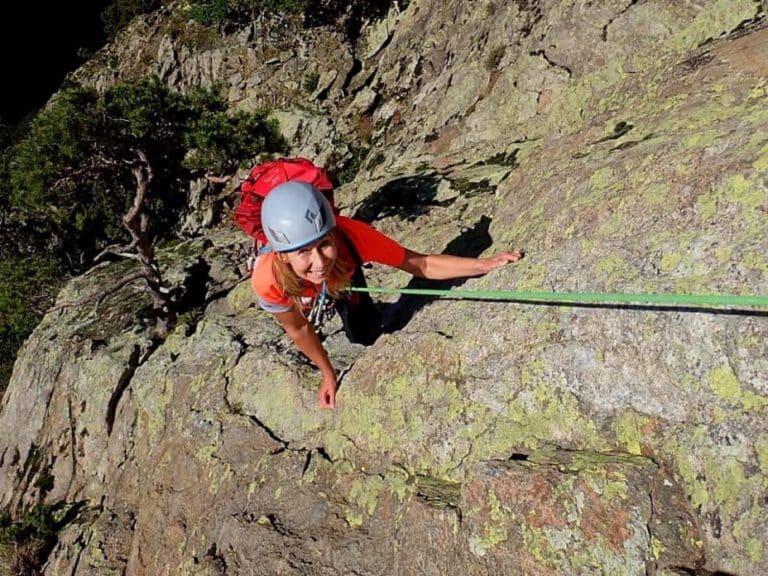 Femme sur l'arête charbonnier, lors d'une session d'escalade au Caroux