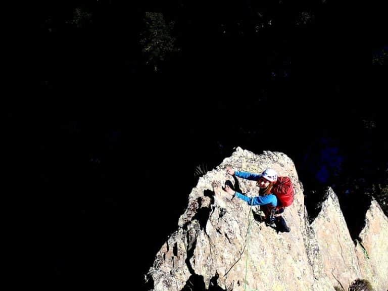 Femme encordée lors d'une ascension d'escalade au Caroux