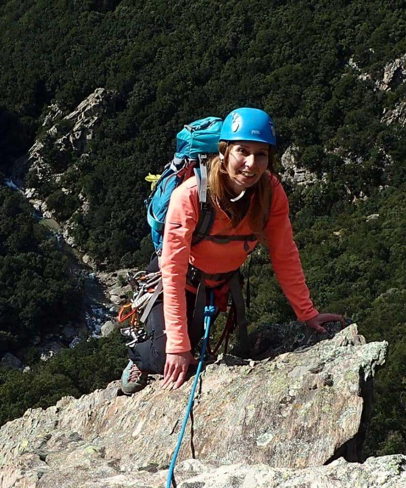 Une femme lors d'une sortie d'escalade au Caroux