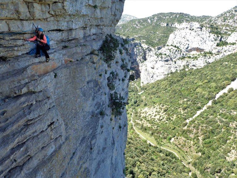 Femme sur un relais d'escalade à Saint-Guilhem-le-Désert