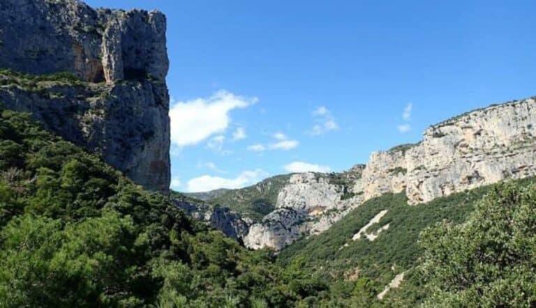 Vue sur un site d'escalade à Saint-Guilhem-le-Désert