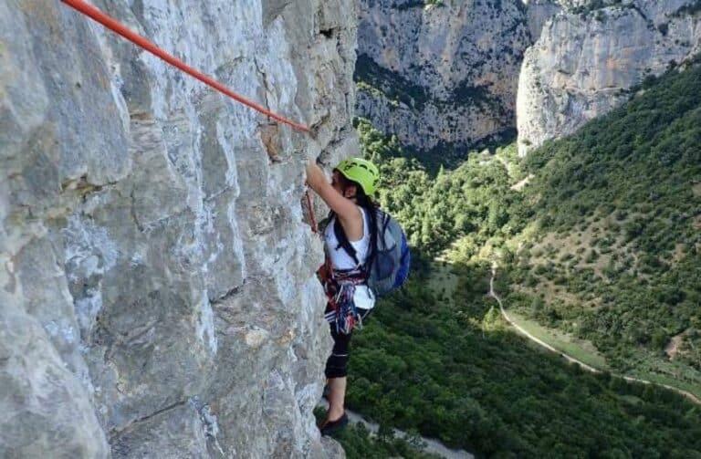 Une femme lors de l'ascension d'une voie d'escalade à Saint-Guilhem-le-Désert