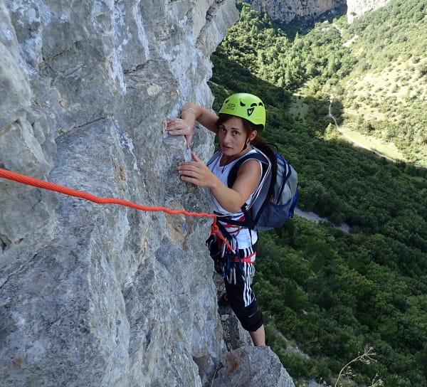 Femme en sortie d'escalade sur la falaise de Saint-Jean-de-Buèges