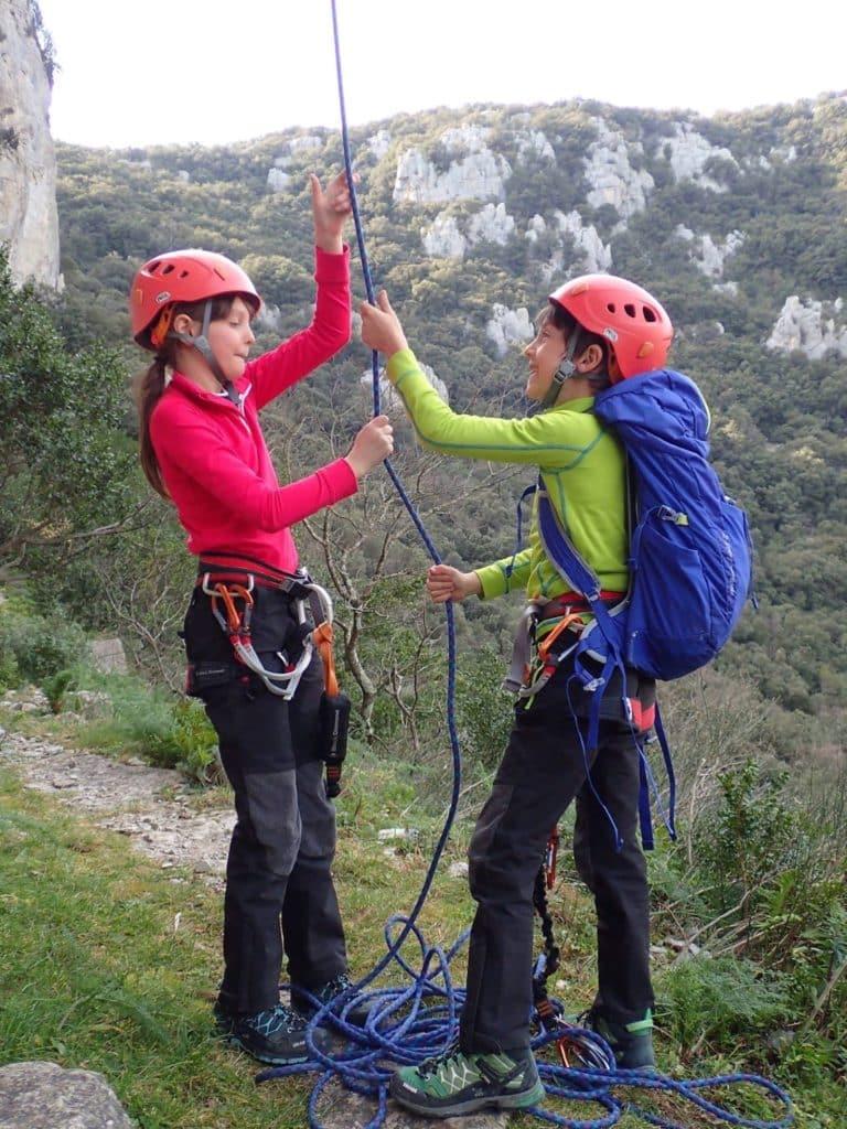 Deux enfants lors d'une séance d'escalade sur les falaises du Thaurac