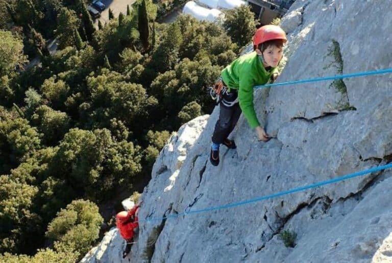 Deux enfants encordés pour grimper sur les falaises du Thaurac