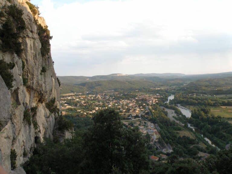 Vue sur la vallée depuis le sommet des falaises du Thaurac