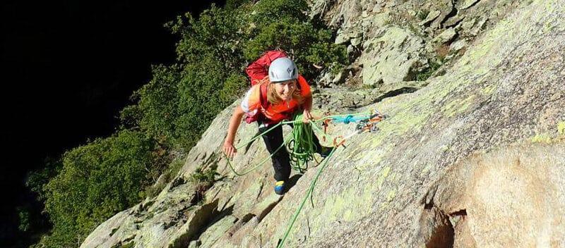 Femme lors d'une sortie d'escalade à Saint-Guilhem-le-Désert