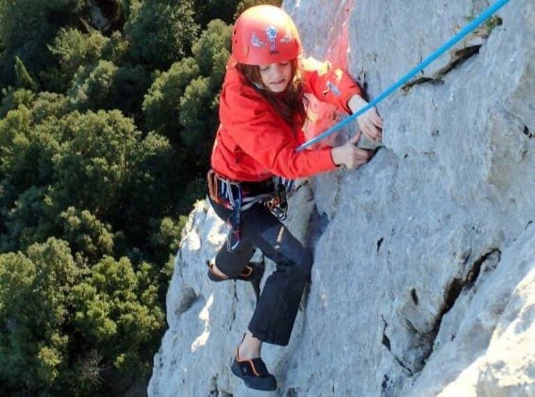 Une jeune fille en leçon d'escalade sur les falaises du Thaurac