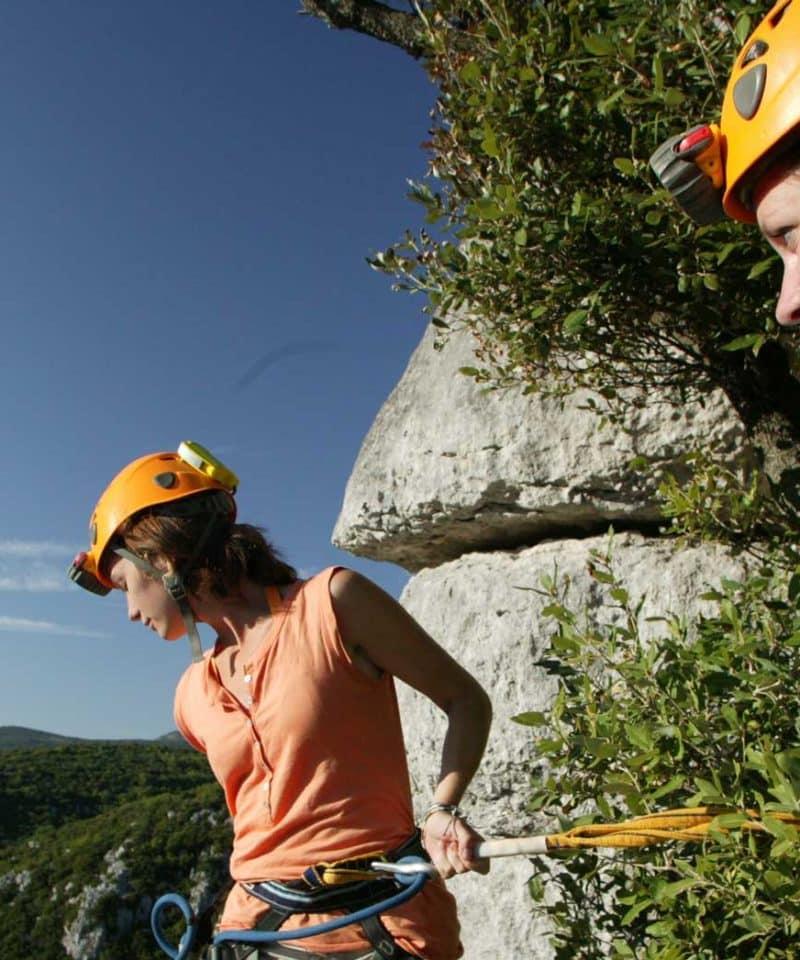 Deux jeunes femmes sur le parcours aventure du Ranc de bane