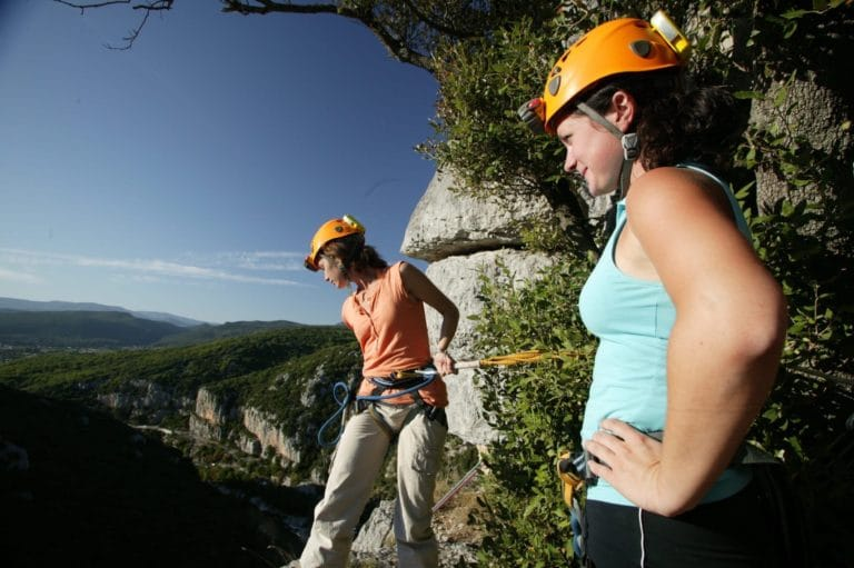 Deux jeunes femmes au départ d'un rappel sur le parcours aventure du Ranc de bane