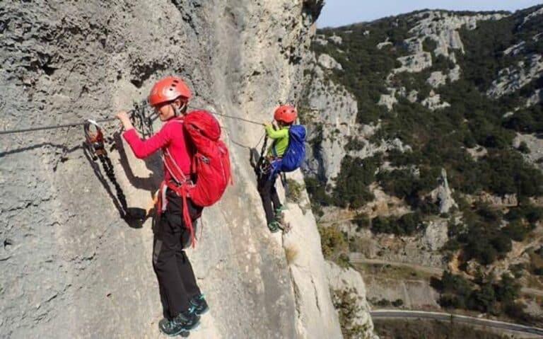 Passage le long d'une paroi sur le parcours aventure du Rocher de Sion