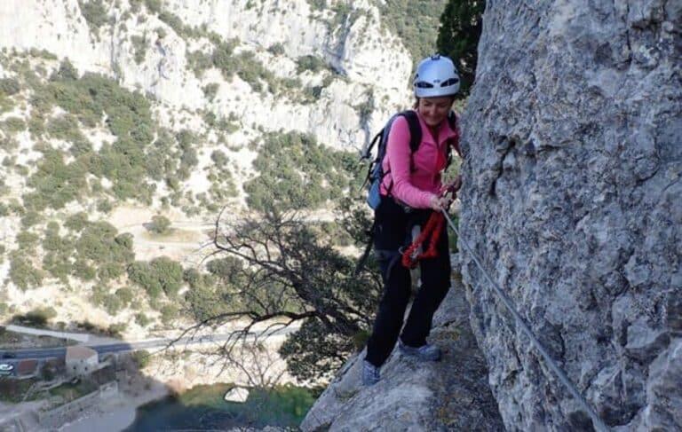 Passage vertical au dessus de l'Hérault sur le Parcours aventure du Rocher de Sion