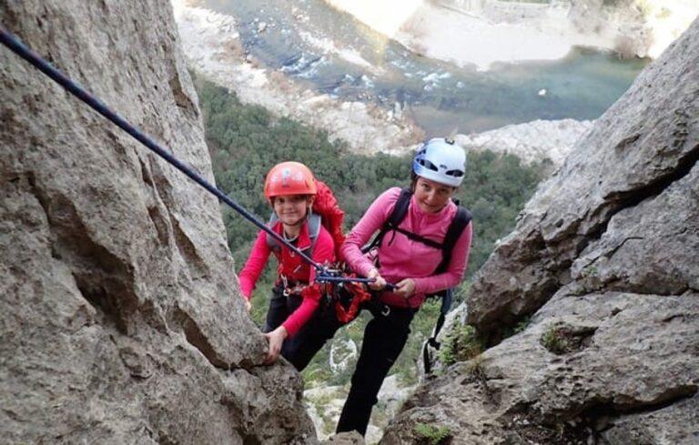 Deux personnes encordées pour descendre en rappel sur le Rocher de Sion