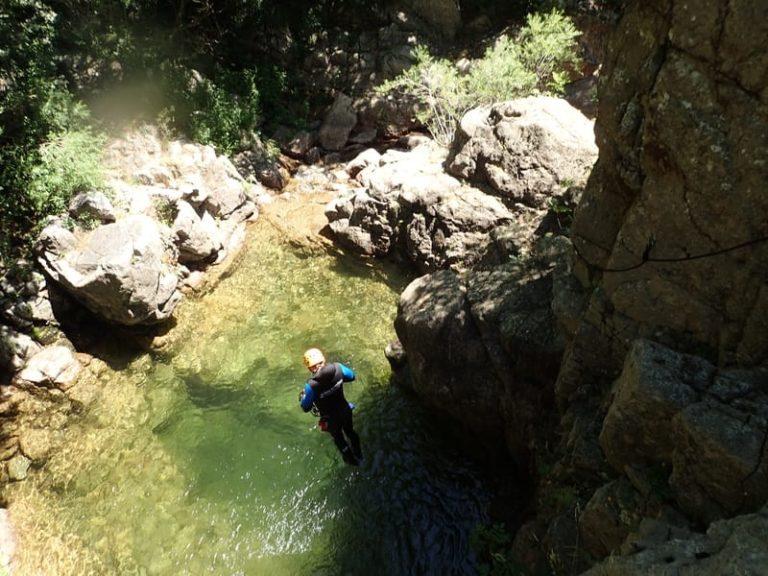 Homme lors d'un saut dans les cascades d'Orgon