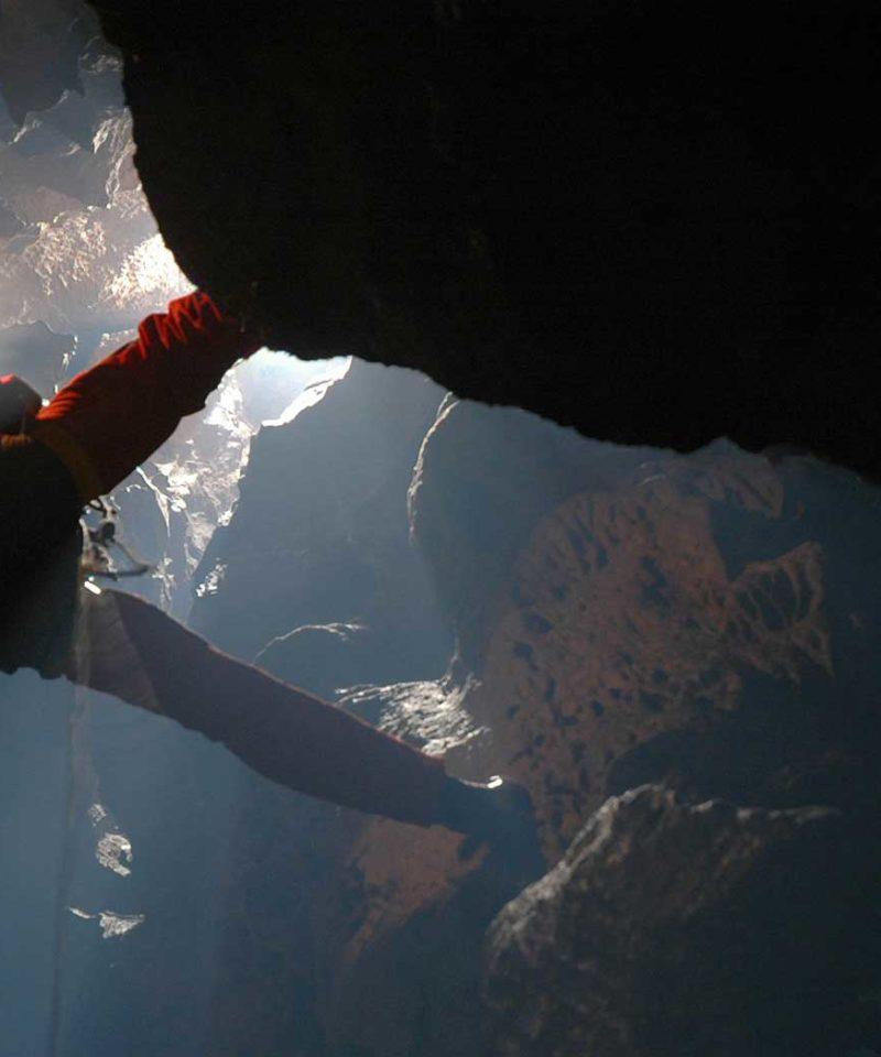 Descente dans la grotte de la Fausse Monnaie