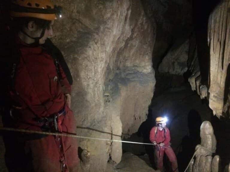 Groupe de personnes descendant dans la grotte de la fausse monnaie