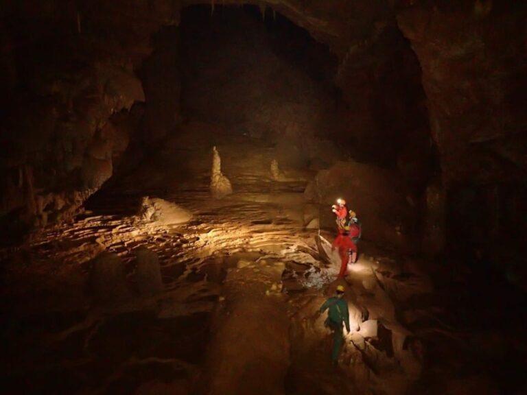 Groupe dans une grande salle de la Grotte Bégué-Ponchon