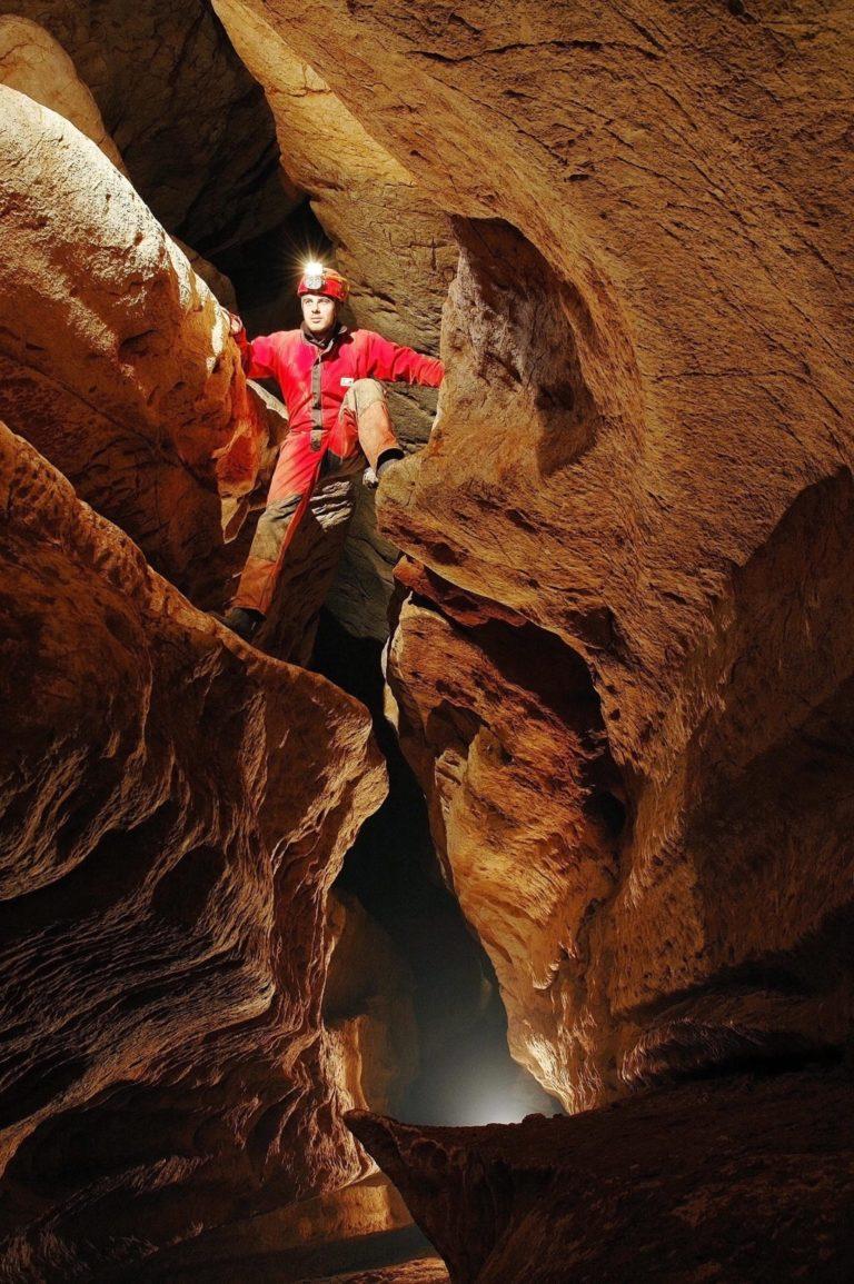 Passage grimpant dans les grottes aurélie et du Maire