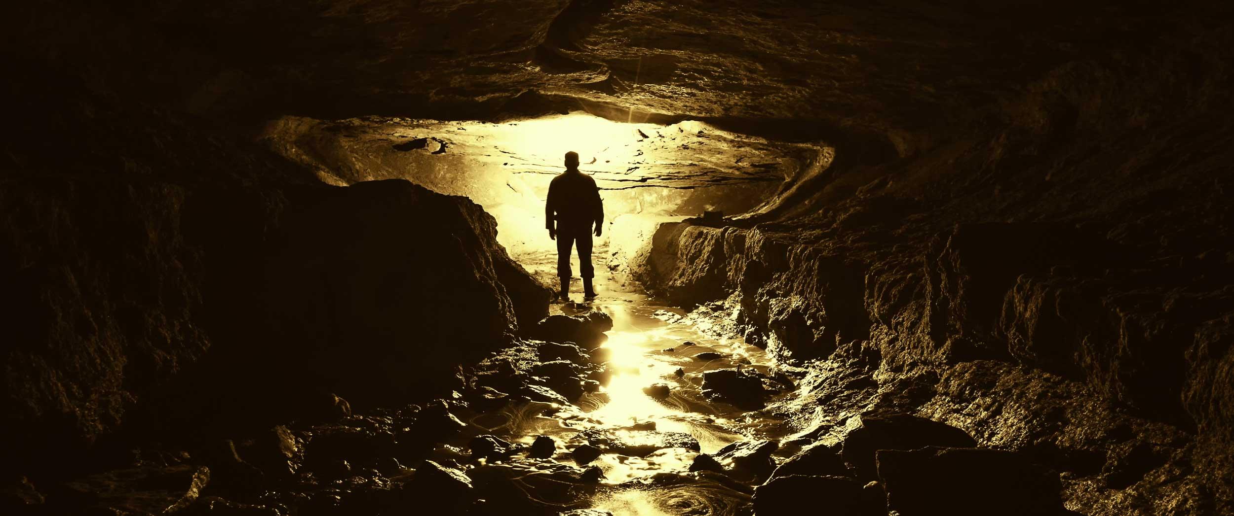 Un homme sur le parcours des grottes aurélie et du maire