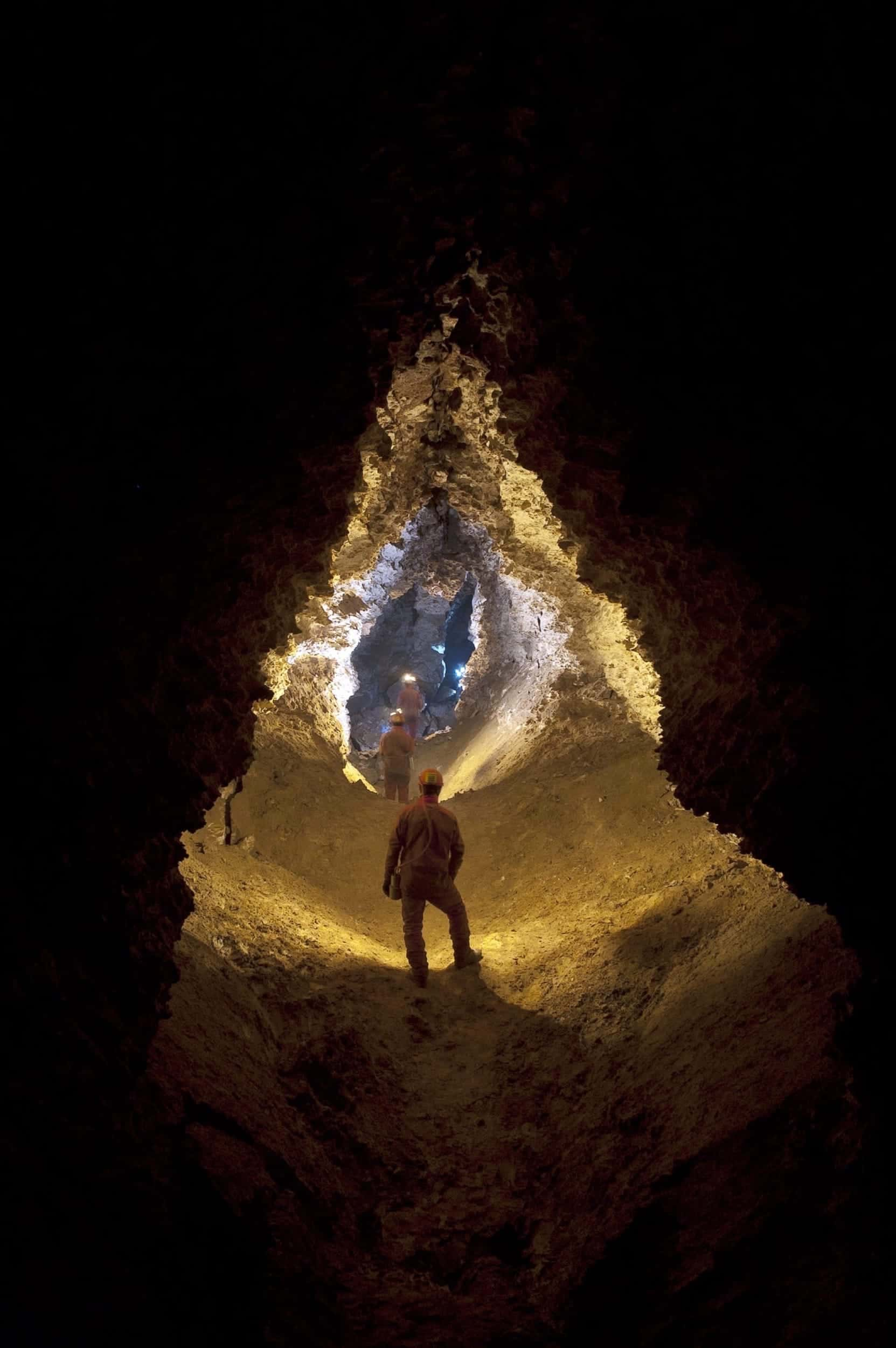 Groupe de spéléologue dans la grotte de la roquette