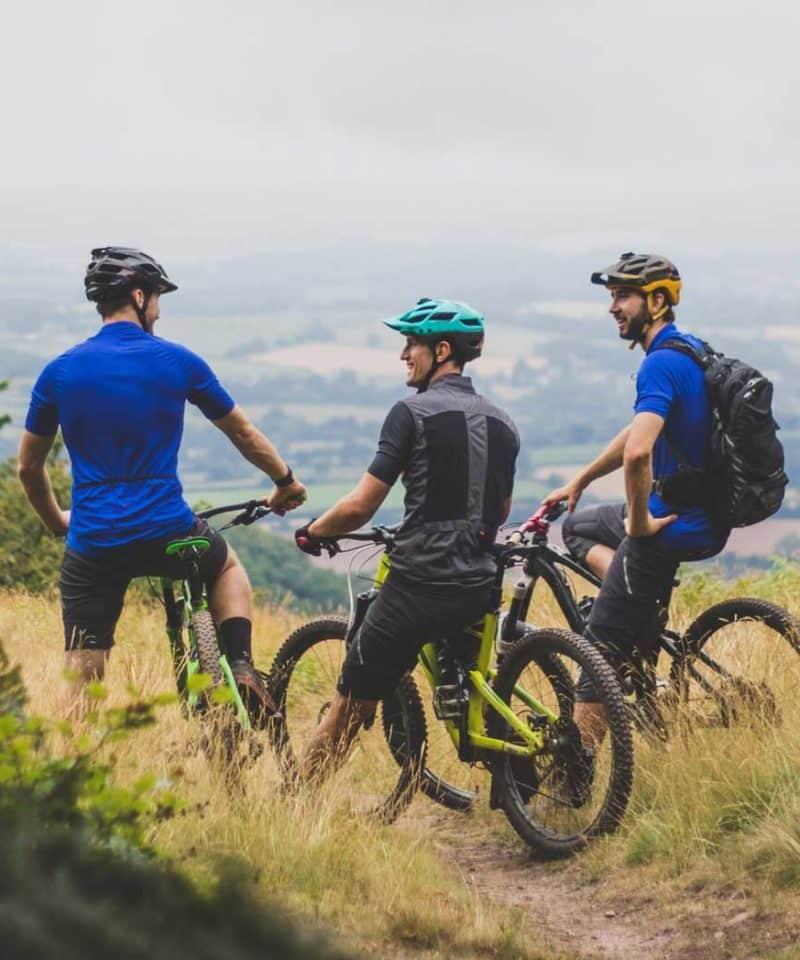 Groupe d'hommes sur un parcours VTT dans l'Hérault