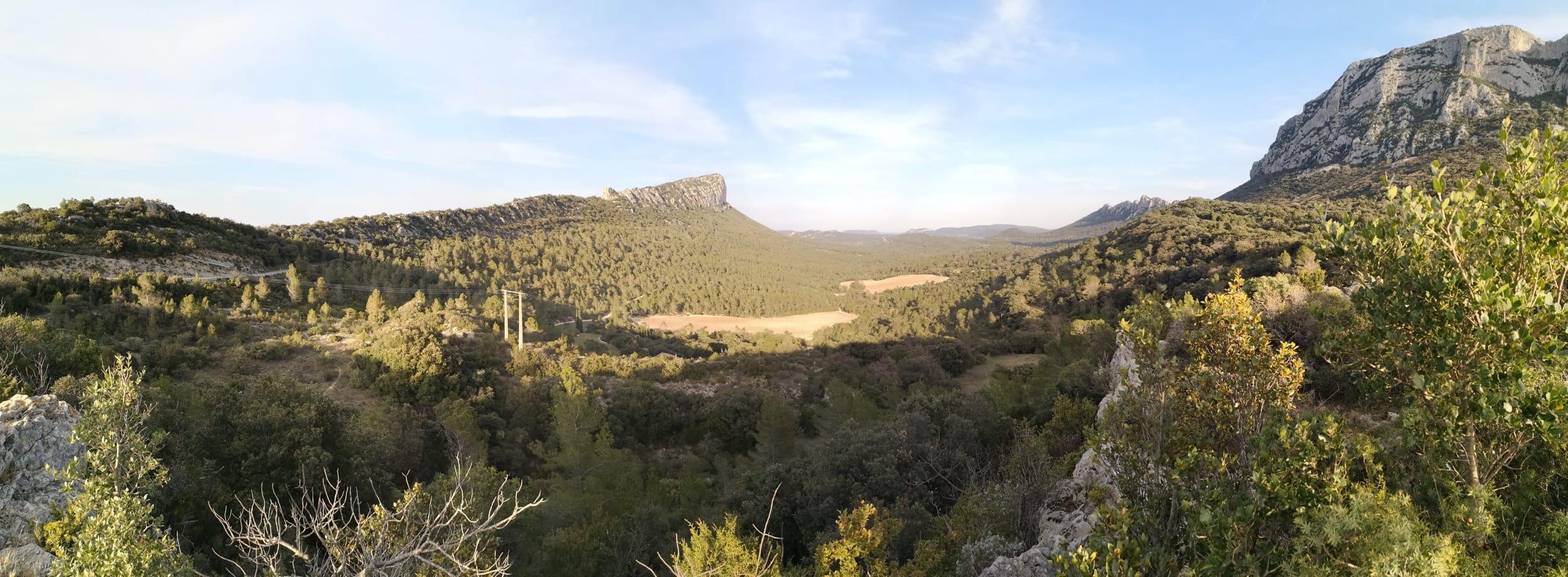 Vue sur le pic Saint loup, depuis un chemin de randonnée