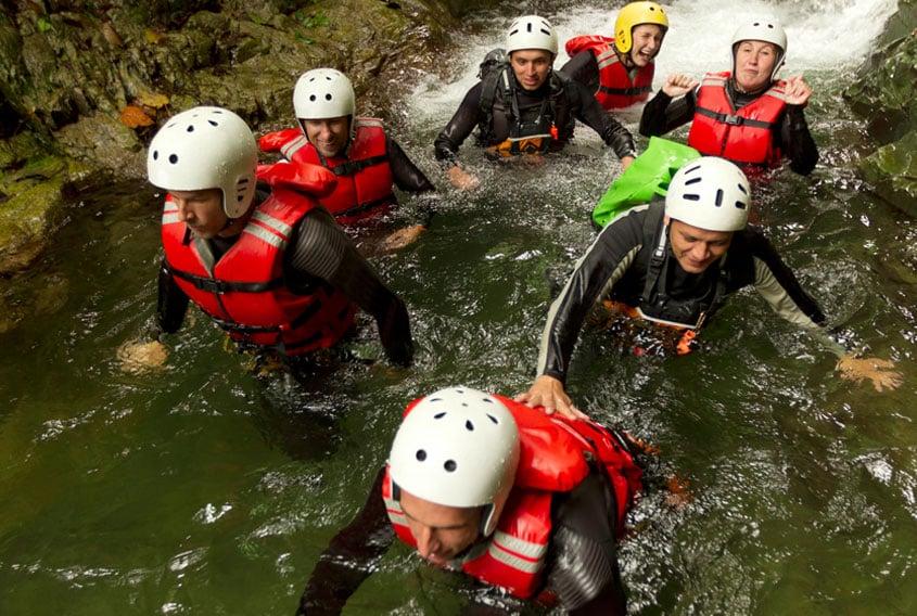 Equipe de personnes lors d'un team building en canyoning